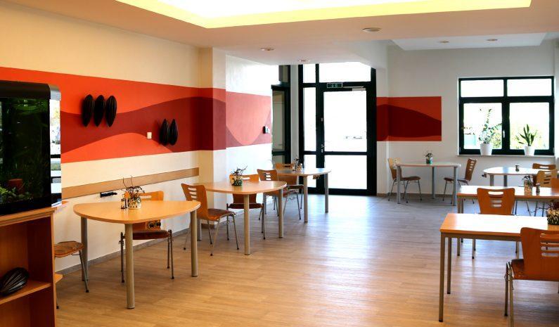 In der Cafeteria wird täglich das Mittagessen gereicht. Auch Pausenzeiten können hier verbracht werden.